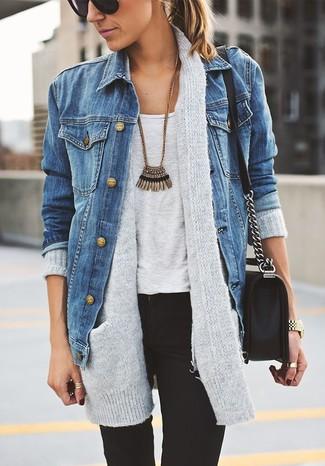 Los días ocupados exigen un atuendo simple aunque elegante, como una chaqueta vaquera azul y unos vaqueros pitillo negros.