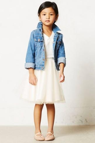Cómo combinar: chaqueta vaquera celeste, camiseta blanca, falda de tul en beige, bailarinas en beige