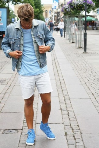 Cómo combinar: chaqueta vaquera celeste, camiseta con cuello circular celeste, pantalones cortos vaqueros blancos, zapatillas altas en turquesa