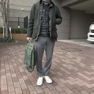 Cómo combinar: jersey de cuello alto de rayas horizontales en blanco y negro, chaqueta vaquera negra, chaleco de abrigo acolchado negro, chaqueta con cuello y botones verde oliva