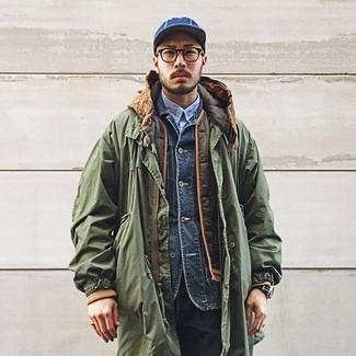 Cómo combinar: camisa de manga larga celeste, chaqueta vaquera azul marino, chaleco de abrigo acolchado verde oliva, parka verde oliva