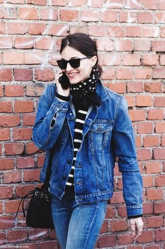Look de moda: Chaqueta Vaquera Azul, Jersey con Cuello Barco de Rayas Horizontales Negro y Blanco, Vaqueros Azules, Mochila con Cordón de Ante Negra