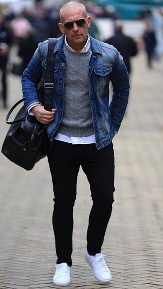 La versatilidad de una chaqueta vaquera azul y unos vaqueros pitillo negros los hace prendas en las que vale la pena invertir. Completa el look con tenis de cuero blancos.