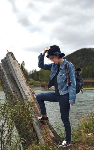 Cómo combinar: chaqueta vaquera azul, jersey con cuello circular negro, vaqueros pitillo azul marino, tenis de tartán rojos