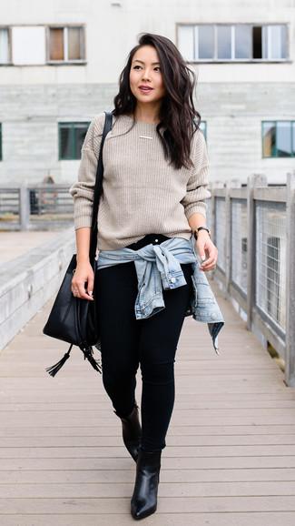 Intenta combinar una chaqueta vaquera celeste junto a unos vaqueros pitillo negros para crear una apariencia elegante y glamurosa. Usa un par de botines de cuero negros para destacar tu lado más sensual.