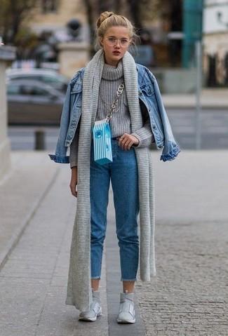Opta por la comodidad en una chaqueta vaquera azul y una bufanda de punto gris de Fendi. ¿Te sientes valiente? Completa tu atuendo con zapatillas altas grises.