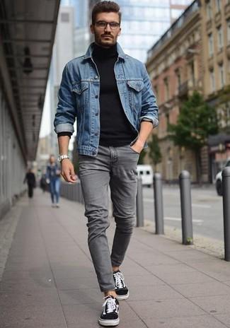 Cómo combinar: chaqueta vaquera azul, jersey de cuello alto azul marino, vaqueros pitillo grises, tenis en negro y blanco
