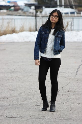 La versatilidad de una chaqueta vaquera azul marino y unos vaqueros pitillo negros los hace prendas en las que vale la pena invertir. ¿Te sientes valiente? Opta por un par de botines de cuero negros.
