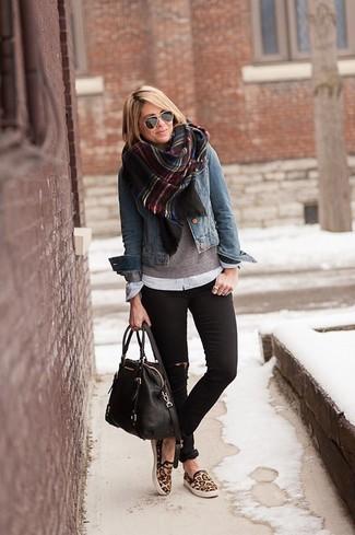 Emparejar una chaqueta vaquera azul y unos vaqueros pitillo desgastados negros es una opción cómoda para hacer diligencias en la ciudad. Zapatillas slip-on de leopardo marrónes son una sencilla forma de complementar tu atuendo.