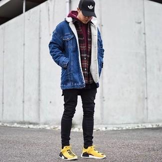 Cómo combinar: chaqueta vaquera azul, sudadera con capucha burdeos, camisa de manga larga de franela a cuadros en rojo y negro, camiseta con cuello circular negra