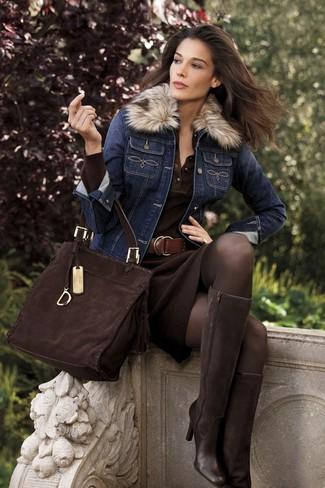 Cómo combinar: chaqueta vaquera azul marino, vestido tubo de punto en marrón oscuro, botas de caña alta de ante en marrón oscuro, bolsa tote de ante en marrón oscuro