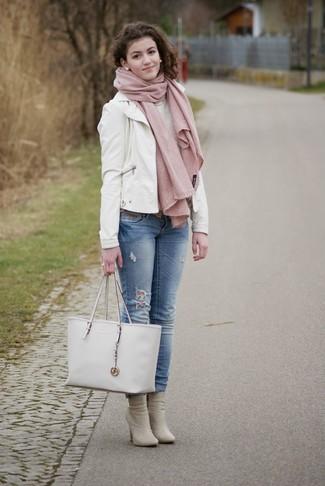 Para seguir las tendencias usa una chaqueta de cuero blanca y unos vaqueros celestes. Completa el look con botines de cuero grises.