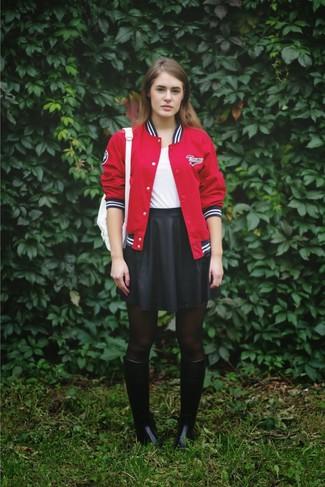 Look de moda: Chaqueta Varsity Roja, Camiseta con Cuello Barco Blanca, Falda Skater Negra, Botas de Lluvia Negras