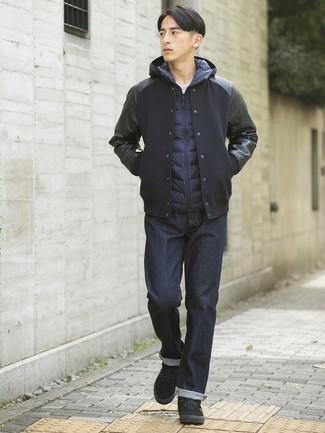 Cómo combinar: chaqueta varsity negra, chaleco de abrigo azul marino, camiseta con cuello circular blanca, vaqueros azul marino