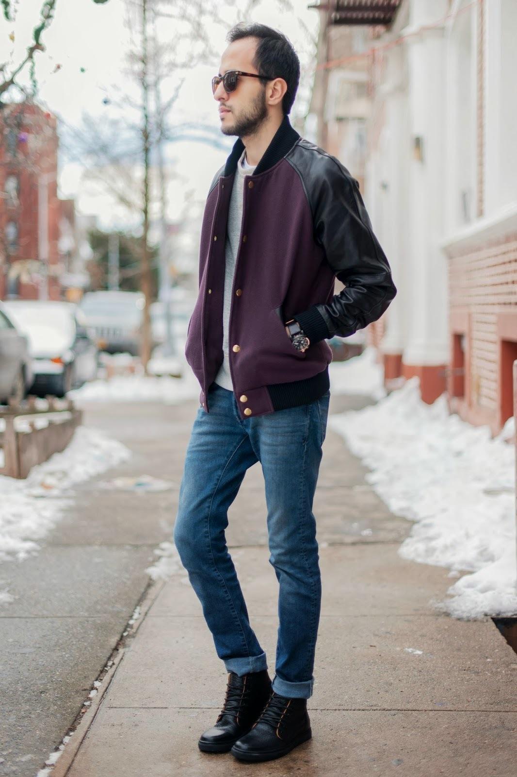 Cómo combinar una chaqueta varsity morado con unas botas negras (1 ...