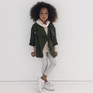 Cómo combinar: chaqueta verde oliva, jersey en beige, leggings blancos, zapatillas blancas