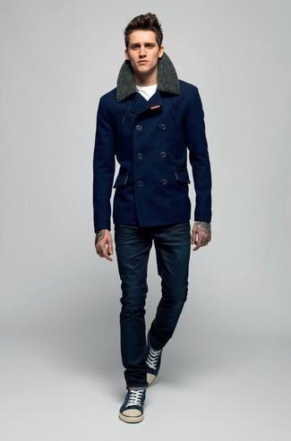 Cómo combinar: chaquetón azul marino, camiseta con cuello circular blanca, vaqueros azul marino, tenis en azul marino y blanco
