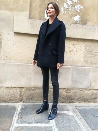 Casa una ropa de abrigo azul marino con unos vaqueros pitillo negros para un look diario sin parecer demasiado arreglada. ¿Por qué no ponerse botines de cuero negros a la combinación para dar una sensación más clásica?