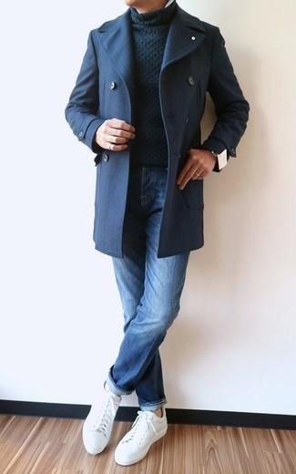 Cómo combinar: chaquetón azul marino, jersey de cuello alto de punto negro, vaqueros azules, tenis de cuero blancos