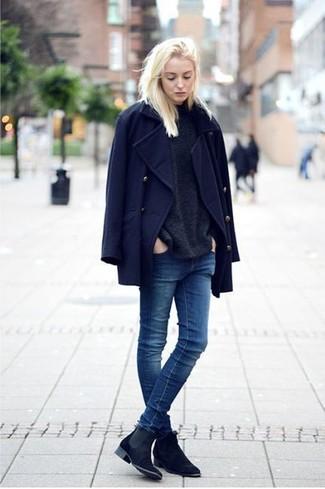 Emparejar una ropa de abrigo azul marino y unos vaqueros pitillo azul marino es una opción cómoda para hacer diligencias en la ciudad. ¿Quieres elegir un zapato informal? Elige un par de botines chelsea de ante azul marino para el día.