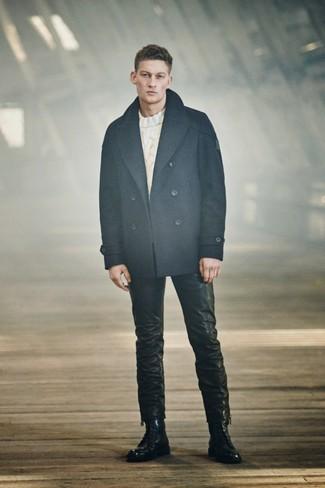 Cómo combinar: chaquetón azul marino, jersey de ochos blanco, vaqueros de cuero negros, botas casual de cuero negras
