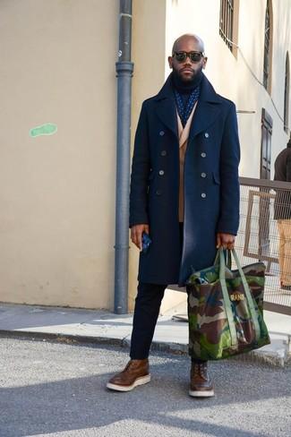 Cómo combinar: chaquetón azul marino, blazer cruzado de lana marrón claro, jersey de cuello alto azul marino, pantalón chino negro
