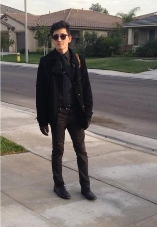 Un chaquetón negro y un pantalón chino marrón son una gran fórmula de vestimenta para tener en tu clóset. Con el calzado, sé más clásico y haz zapatos oxford de cuero negros tu calzado.