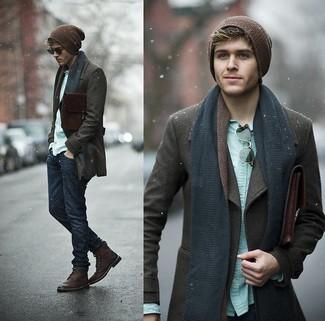 Casa un chaquetón marrón oscuro con unos vaqueros azul marino para las 8 horas. Este atuendo se complementa perfectamente con botas de cuero burdeos.