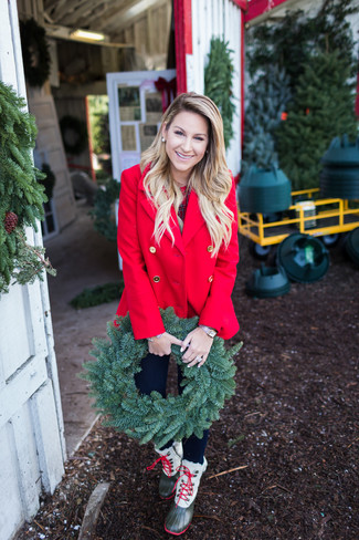 Este combo de un chaquetón rojo y un reloj dorado te permitirá mantener un estilo cuando no estés trabajando limpio y simple. Botas para la nieve verde oliva añaden un toque de personalidad al look.