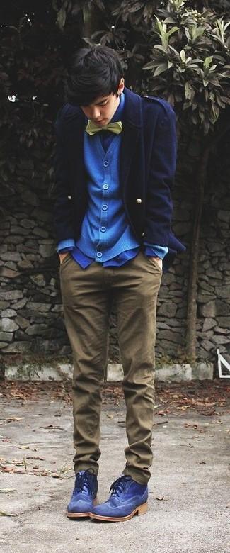 Cómo combinar: chaquetón azul marino, cárdigan azul, camisa de vestir azul, pantalón chino marrón