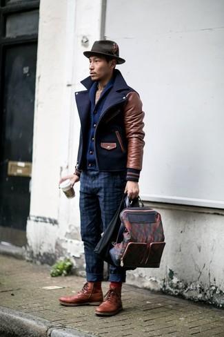 Cómo combinar: chaquetón azul marino, cárdigan con cuello chal azul marino, camisa de manga larga de tartán en beige, pantalón chino a cuadros azul marino
