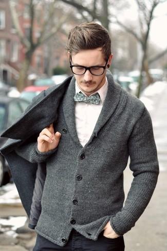 Cómo combinar: chaquetón gris, cárdigan con cuello chal gris, camisa de vestir blanca, vaqueros en gris oscuro