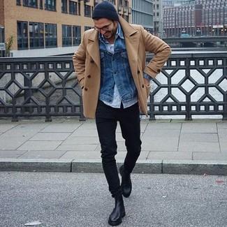 Emparejar un chaquetón marrón claro y unos vaqueros pitillo negros es una opción cómoda para hacer diligencias en la ciudad. Dale onda a tu ropa con botines chelsea de cuero negros.