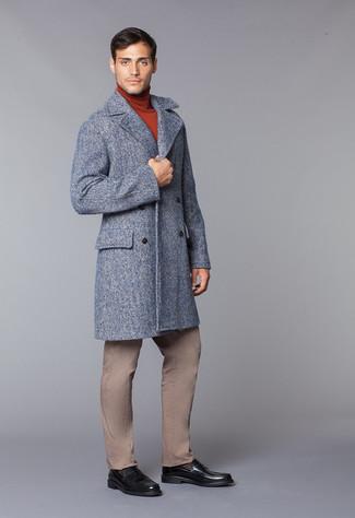Cómo combinar: chaquetón gris, jersey de cuello alto en tabaco, pantalón chino marrón claro, mocasín de cuero negro