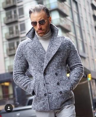 Cómo combinar: chaquetón gris, jersey de cuello alto gris, pantalón de vestir gris, gafas de sol negras