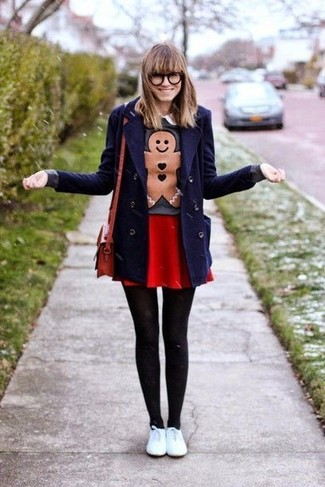 Cómo combinar: chaquetón azul marino, jersey con cuello circular estampado en gris oscuro, falda skater roja, tenis de cuero blancos