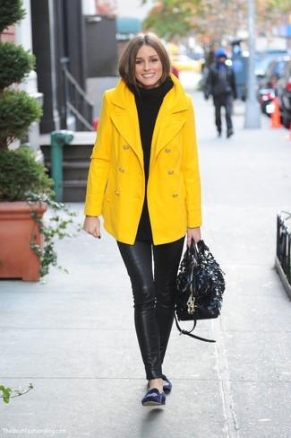 Look de Olivia Palermo: Chaquetón Amarillo, Jersey de Cuello Alto de Punto Negro, Leggings de Cuero Negros, Mocasín de Ante Bordados Azul Marino