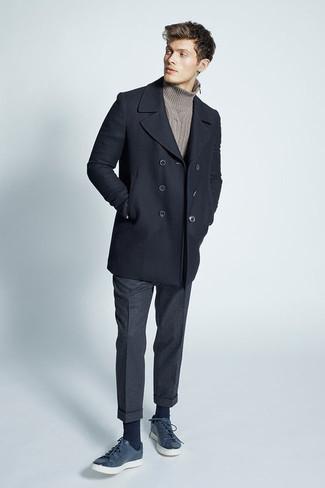 Look de moda: Chaquetón Negro, Jersey de Cuello Alto de Punto Marrón, Pantalón de Vestir de Lana en Gris Oscuro, Tenis de Cuero Azul Marino