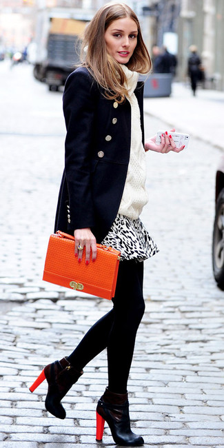 Los días ocupados exigen un atuendo simple aunque elegante, como una ropa de abrigo azul marino y una minifalda de leopardo blanca y negra. Luce este conjunto con botines de cuero negros.