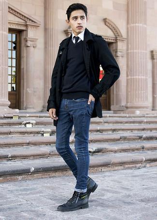 Cómo combinar: chaquetón negro, jersey de pico negro, camisa de vestir blanca, vaqueros pitillo azul marino