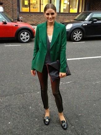 Look de Olivia Palermo: Chaquetón Verde Oscuro, Jersey de Pico en Gris Oscuro, Leggings de Cuero Negros, Mocasín con Borlas de Cuero Negro