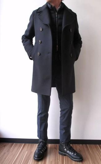 Casa un chaquetón negro junto a un pantalón de vestir negro para un perfil clásico y refinado. Zapatillas altas de cuero negras añaden un toque de personalidad al look.