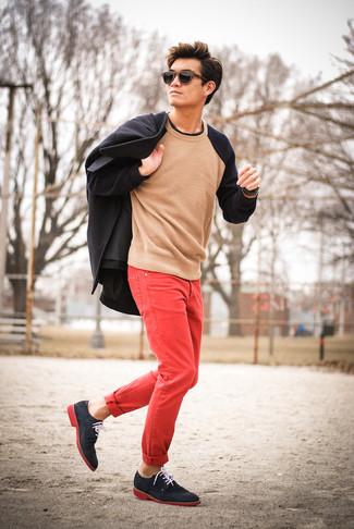 Cómo combinar: chaquetón negro, jersey con cuello circular en beige, vaqueros rojos, zapatos derby de ante azul marino