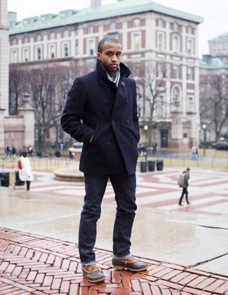 Cómo combinar: chaquetón negro, vaqueros pitillo negros, botas para la nieve marrónes, bufanda de rayas verticales gris