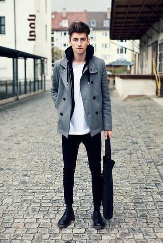 Cómo combinar: chaquetón gris, sudadera con capucha negra, camiseta con cuello circular blanca, pantalón chino negro