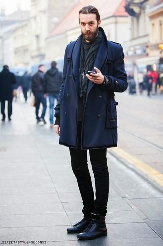 Cómo combinar: chaquetón azul marino, sudadera negra, vaqueros pitillo negros, zapatillas altas de cuero negras