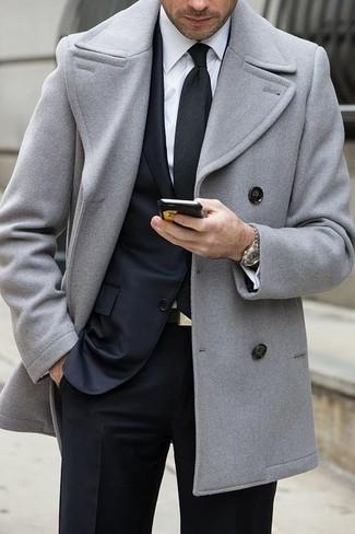 Cómo combinar: chaquetón gris, traje negro, camisa de vestir blanca, corbata negra