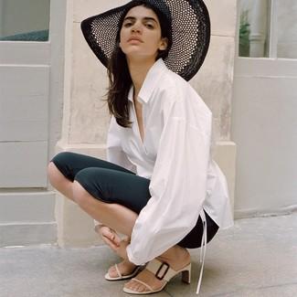 Cómo combinar: sombrero de paja negro, chinelas de cuero blancas, mallas ciclistas negras, camisa de vestir blanca