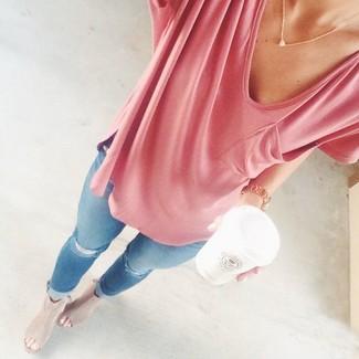 Combinar unas chinelas de ante en beige: Una camiseta con cuello en v rosada y unos vaqueros pitillo desgastados celestes son una opción excelente para el fin de semana. ¿Te sientes valiente? Completa tu atuendo con chinelas de ante en beige.