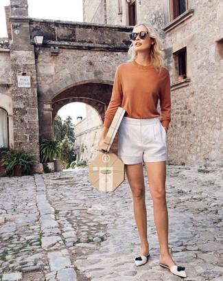 Cómo combinar: chinelas de cuero blancas, pantalones cortos blancos, camiseta de manga larga marrón claro